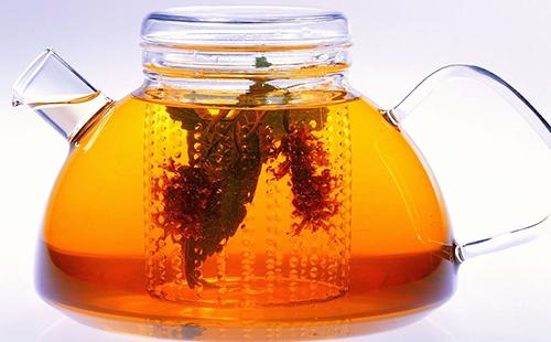 Чай из корней шиповника в чайничке