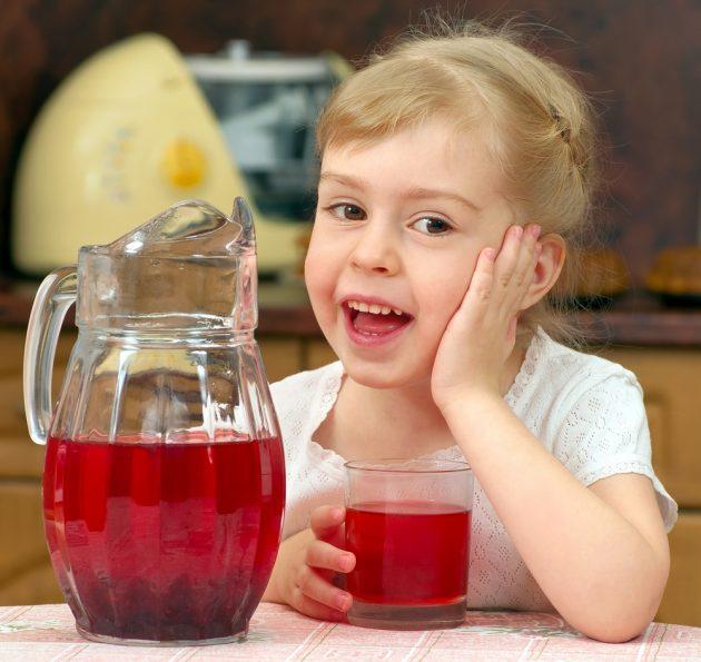 Девочка пьёт отвар шиповника