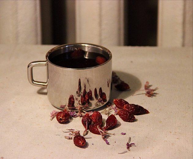 Шиповниковый чай в чашке