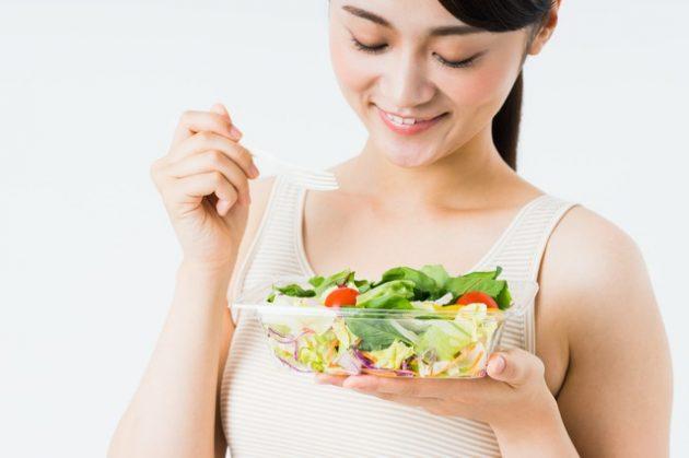 Японка ест салат