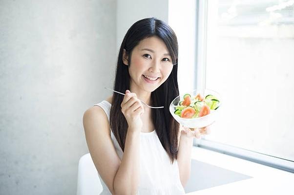 Японка ест
