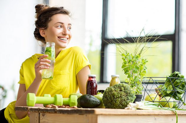 Девушка ест здоровую пищу