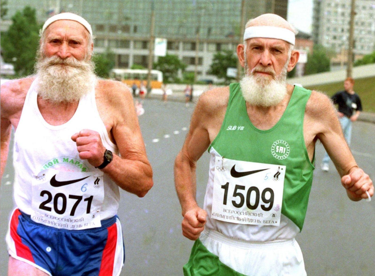 Пожилые мужчины бегут