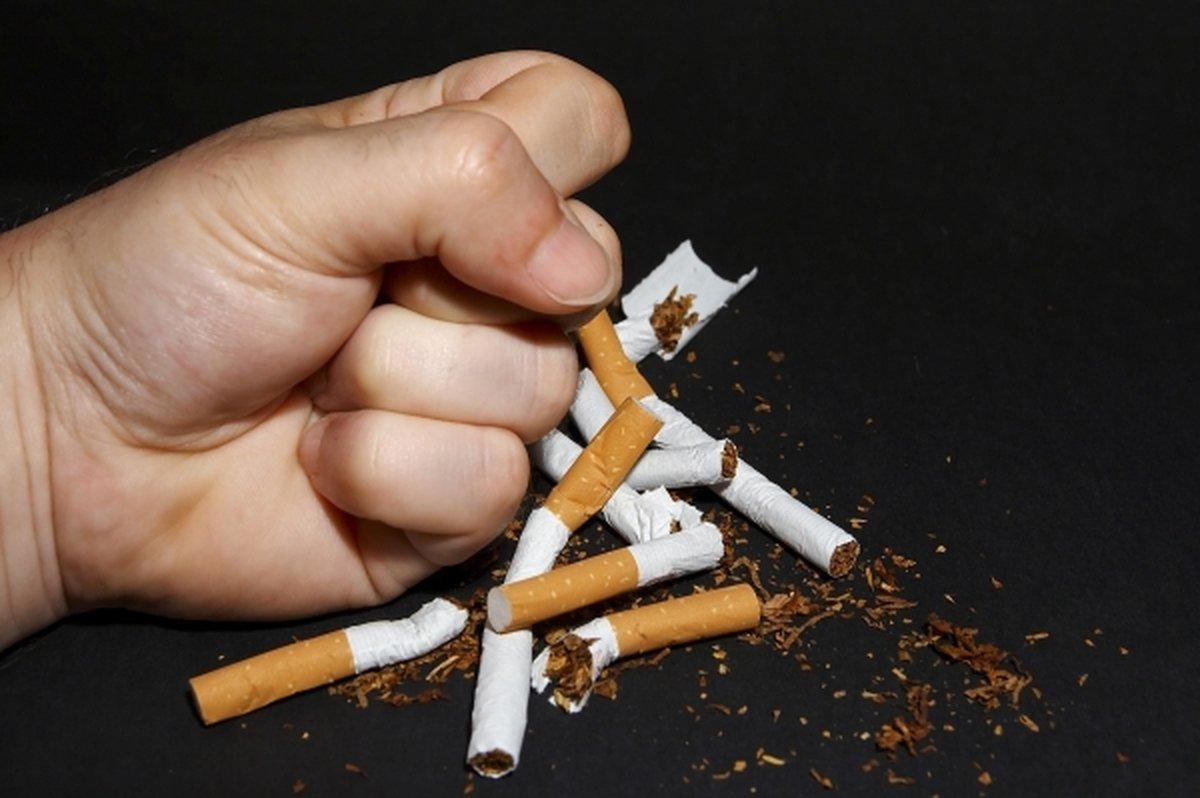 Кулак ломает сигареты
