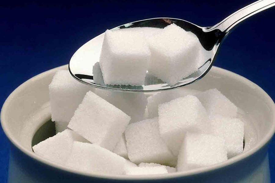 Кубики сахара в ложке и в тарелке