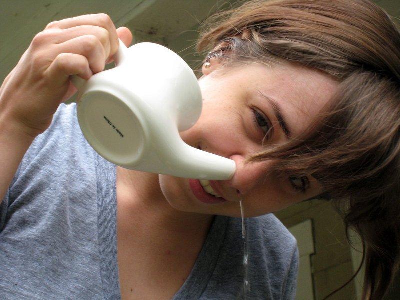 Девушка промывает нос