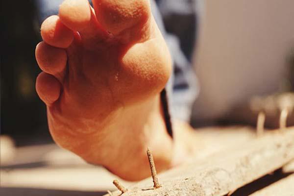 Нога наступает на гвоздь