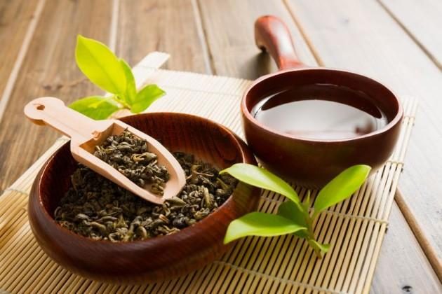 Зеленый чай в деревянной посуде
