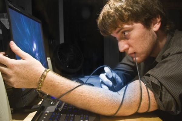 Мужчина возле компьютера