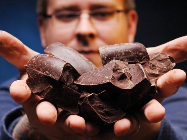 Мужчина держит в руках шоколад