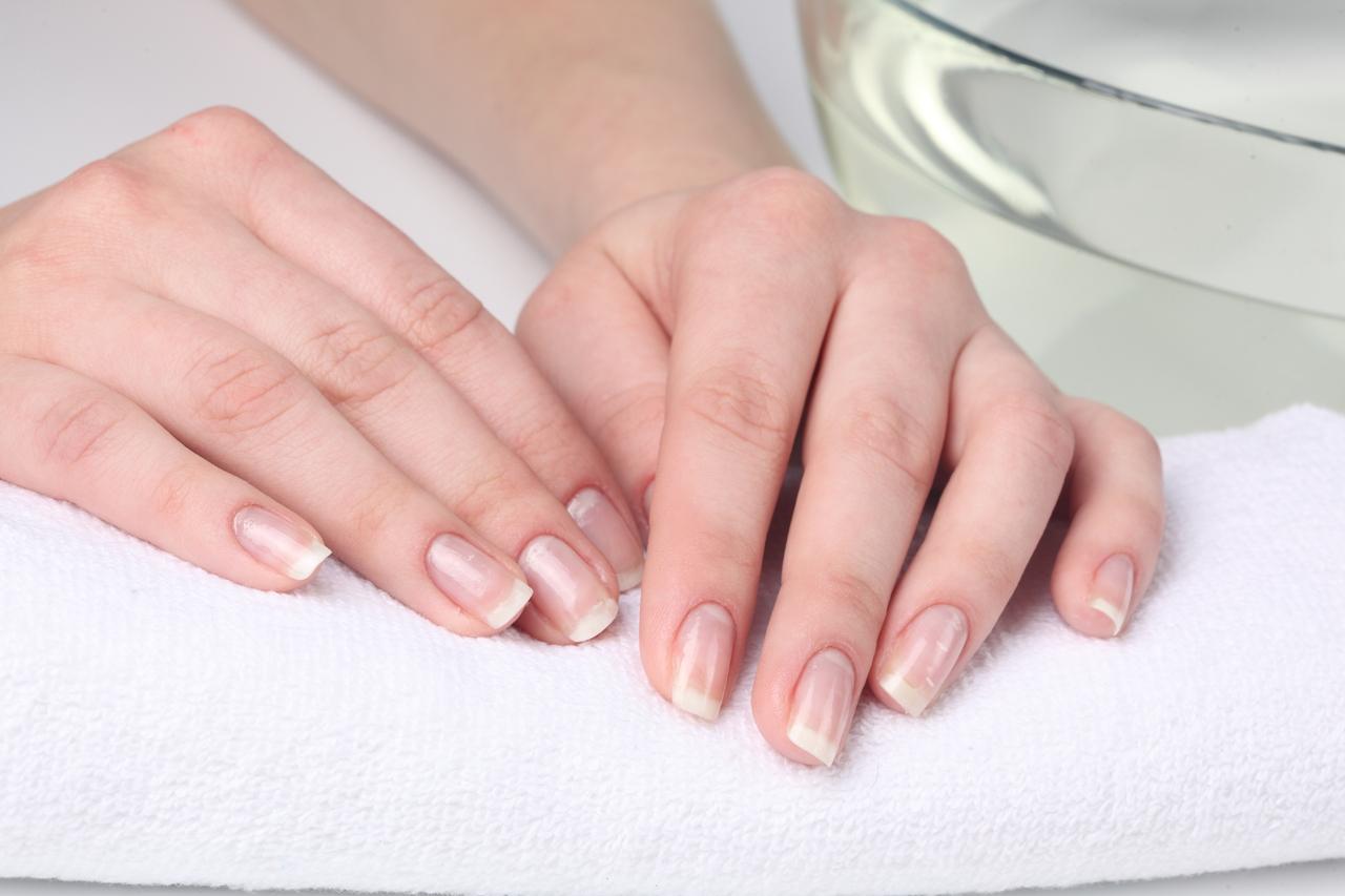 Что означает когда на ногтях появляются белые пятна
