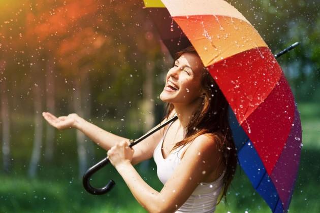 Счастливая девушка под дождём