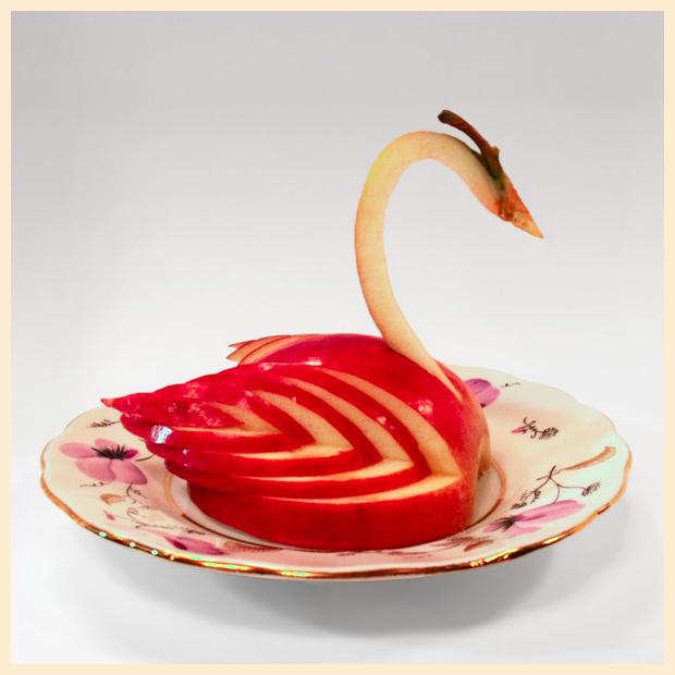 Фигурка лебедя из яблока