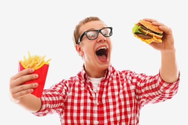 Мужчина ест фастфуд