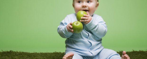 Ребёнок ест яблоко