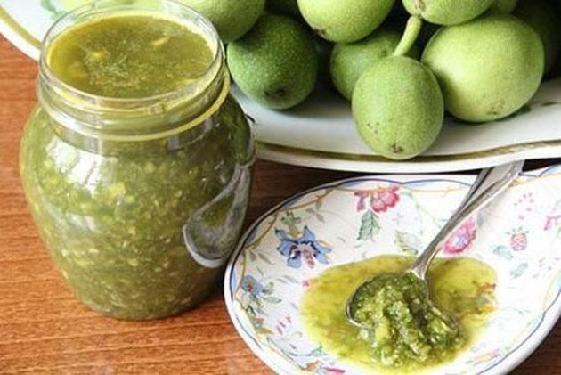 Зелёные грецкие орехи с мёдом