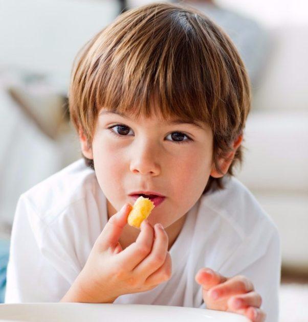 Дети и кукурузные палочки
