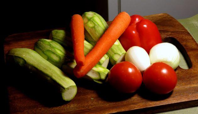 Кабачок, морковь, лук, томаты и перец