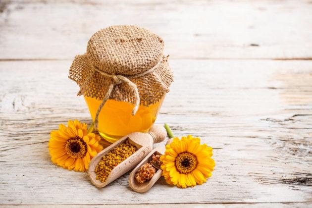 Мед в банке и жёлтые цветы