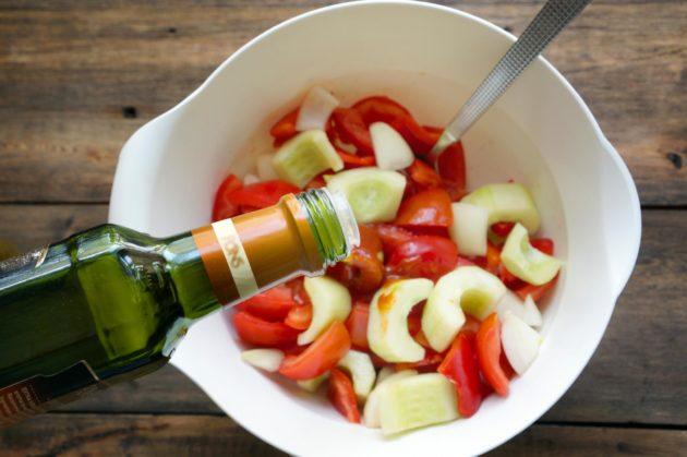 Овощной салат заправляется винным уксусом