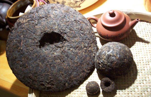 Пуэр в прессованном виде и заварочный чайник