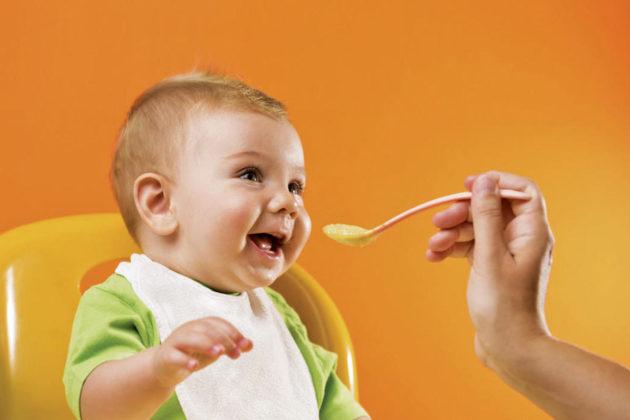 Ребёнок ест