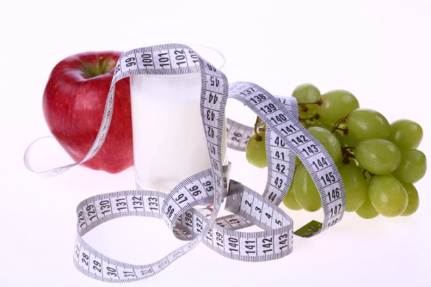 Яблоко, стакан, виноград и сантиметровая лента