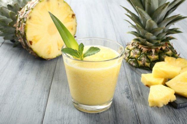 Разрезанный ананас и смузи на его основе