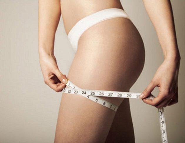Девушка в белом белье с сантиметровой лентой