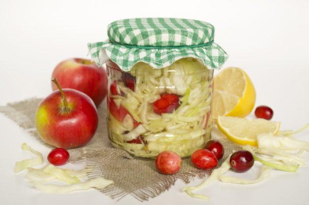 Квашеная капуста с яблоками, клюквой и лимоном