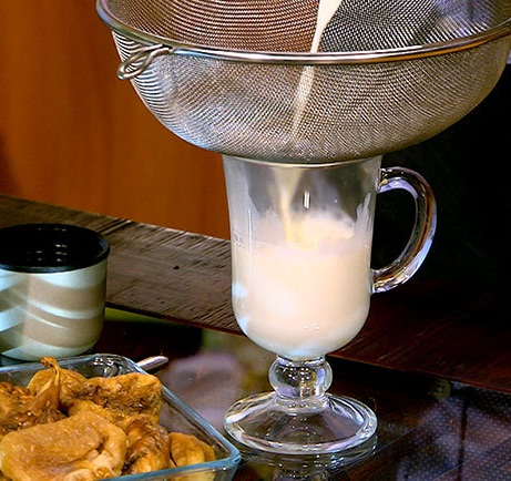 Приготовление напитка из молока и инжира