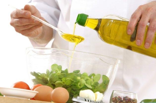 Повар заправляет салат