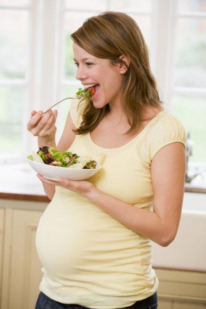 Беременная девушка с салатом
