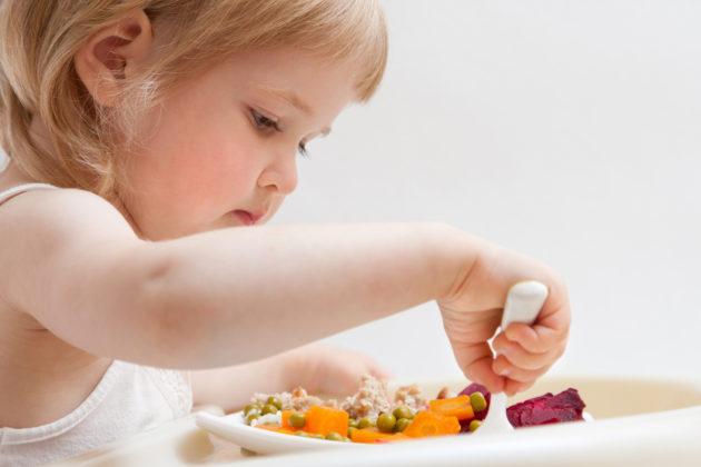 Ребёнок с овощным блюдом
