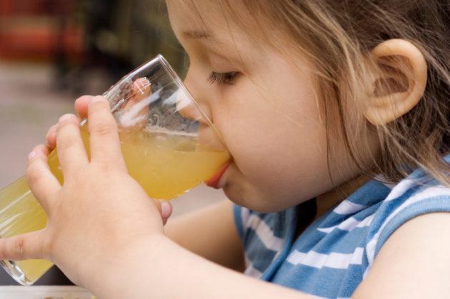 Девочка с напитком