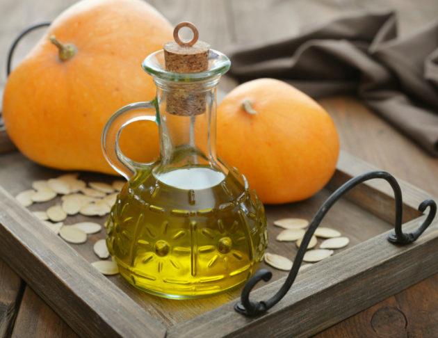 Масло из семян тыквы имеет приятный золотистый цвет и утонченный аромат