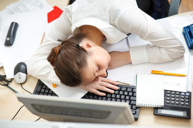 Девушка спит на рабочем месте