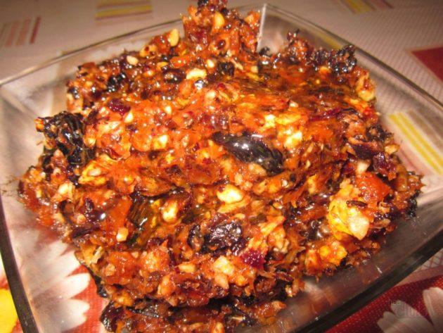 смесь перемолотых сухофруктов и орехов с мёдом на тарелке