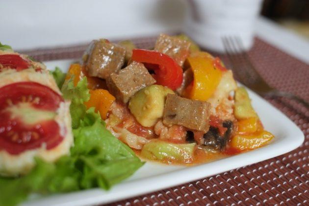Овощное рагу с мясом сои на белой тарелке