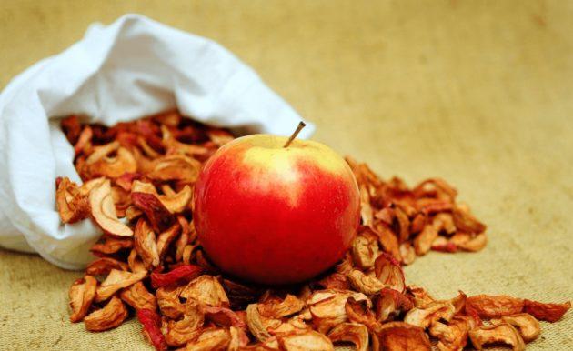 Сушёные яблоки и свежий фрукт на столе