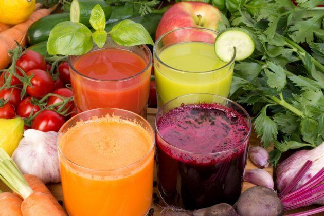 Овощные соки в прозрачных бокалах