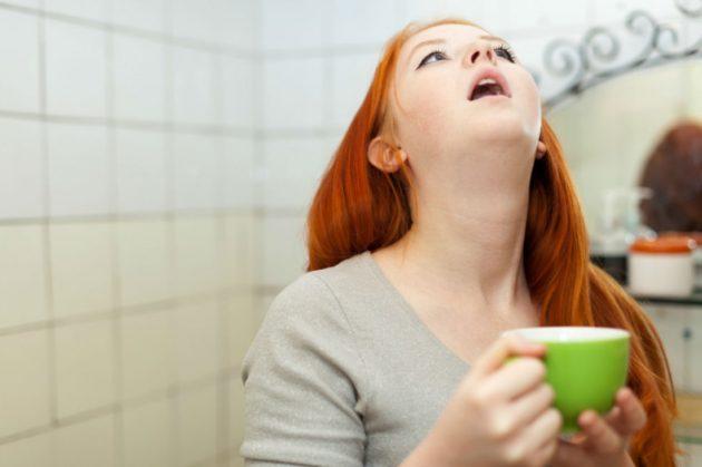 Девушка полощет свекольным соком горло