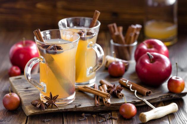 Яблочный напиток с корицей в прозрачном бокале