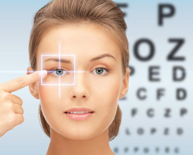 Девушка проверяет зрение