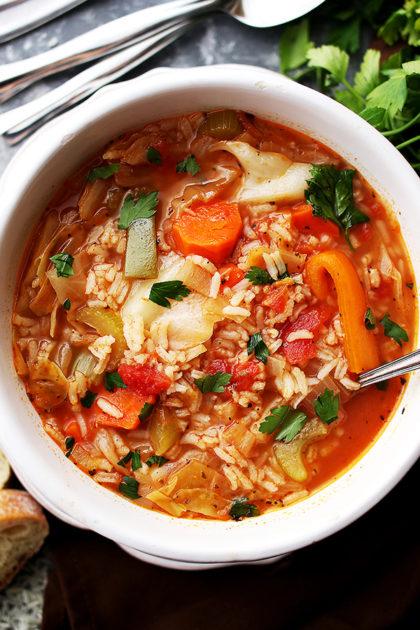 Капустный суп с рисом в белой тарелке