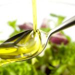 Растительное масло на ложечке