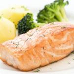 Рыба на пару с овощами на белой тарелке