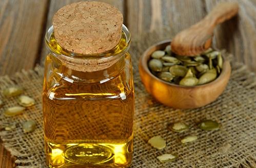 Тыквенное масло во флаконе и семечки