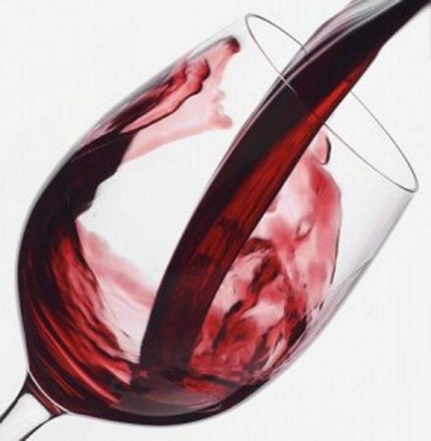 Красное вино льётся в бокал
