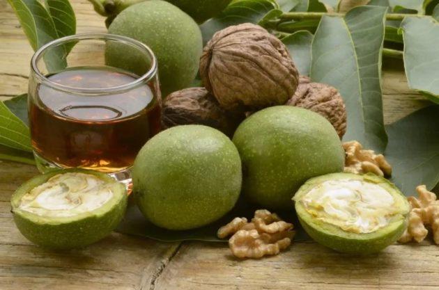 Зелёные и спелые орехи
